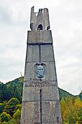 Pomnik Karola Świerczewskiego Waltera w Jabłonkach (w tle góra Walter)