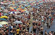 V. 01. Valencia, 27/06/2004. Miles de valencianos y turistas se han acercado hoy a la playa de la Malvarosa aprovechando el buen tiempo. EFE / Kai Försterling.