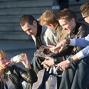 Nederland Rotterdam 21-03-2009 20090321Foto: David Rozing ..Groep mannen en 1 vrouw genieten van het mooie weer en drinken rose uit de fles op de trappen van het wtc, centrum rotterdam. Daily life, youth drinking wine in public space , on street in city of Rotterdam Foto: David Rozing