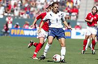 Fotball<br /> VM kvinner 2003<br /> Foto: Digitalsport<br /> Norway Only<br /> <br /> FOOTBALL - FEMALE WORLD CUP 2003 - 3RD PLACE - 031011 - USA v CANADA - MIA HAMM (USA) / CHRISTINE SINCLAIR (CAN) - PHOTO ALAIN GADOFFRE