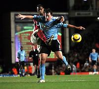 Fotball<br /> Premier League 2004/05<br /> Arsenal v Manchester City<br /> 4. januar 2004<br /> Foto: Digitalsport<br /> NORWAY ONLY<br /> Justin Hoyte Arsenal/ Robbie Fowler Manchester City