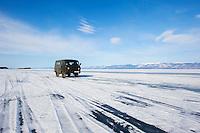 Russie, Siberie, Oblast d'Irkoutsk, lac Baikal, Maloe More ( petite mer), le lac gelé pendant l'hiver, circullation sur le lac, vehicule de marque UAZ // Russia, Siberia, Irkutsk oblast, Baikal lake, Maloe More (little sea), frozen lake during winter, driving on the lake
