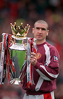 Fotball<br /> England historie<br /> Foto: Colorsport/Digitalsport<br /> NORWAY ONLY<br /> <br /> Eric Cantona Manchester United) with the FA Carling Premiership trophy.  Manchester United v West Ham United. 11/5/97