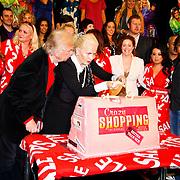 NLD/Amsterdam/20100531 - 1e Repetitiedag Crazy Shopping de Musical, Henk en Monica van der Meijden met de cast en de taart