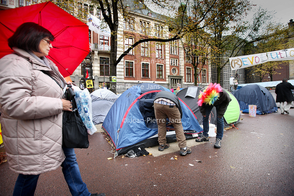 Nederland, Amsterdam , 25 oktober 2011..Het beursplein is nog steeds bezet met tenten van sympathisanten van de Occupy beweging..Foto:Jean-Pierre Jans