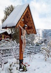 19.04.2017, Kaprun, AUT, Wintereinbruch in Salzburg, im Bild ein schneebedecktes Marterle (Bildstock mit Jesus am Kreuz) // a snow covered shrine with Jesus on the cross, Kaprun, Austria on 2017/04/19. EXPA Pictures © 2017, PhotoCredit: EXPA/ JFK