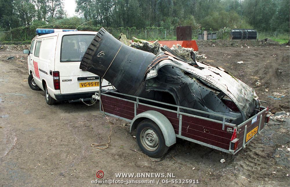 NLD/Amsterdam/19921005 - Vliegtuig El Al Boeing neergestort in de Bijlmermeer Amsterdam, volgende dag gevonden motoronderdelen in Naarden langs de A6