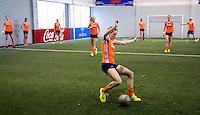 TUCUMAN  Argentinie - Het Nederlands vrouwen hockeyteam bracht de ochtend op de rustdag door met het uitlopen en een partijtje voetbal op een indoor voetbalveldje in de stad. Carlien Dirkse vd Heuvel aan de bal. ANP KOEN SUYK