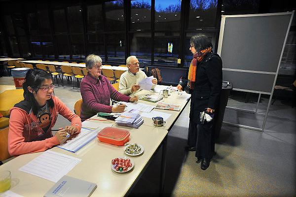 Nederland, Ubbergen, 3-3-2010Gemeenteraadsverkiezingen. De vrouw van de fotograaf meldt zich op het stembureau waar haar identiteit wordt gecontroleerd.Netherlands, elections.Foto: Flip Franssen/Hollandse Hoogte
