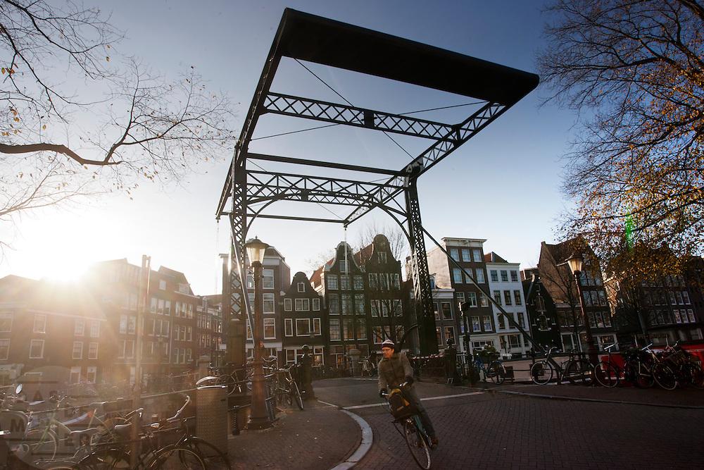 Verkeer over de Oranjebrug in Amsterdam.<br /> <br /> Cyclist at the Oranjebrug in Amsterdam