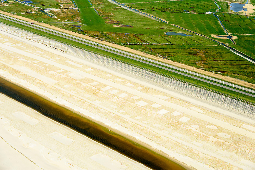 Nederland, Noord-Holland, Gemeente Schoorl, 04-20-2015; Camperduin, Hondsbossche en Pettemer Zeewering. De zeewering bij de kust van Callantsoog was een van de Zwakke Schakels in de kust, om de dijk te beschermen is er door middel van zandsuppletie een strand aangebracht voor de dijk. Detail van het opgespoten zand, het neiuwe strand, met aanplant van helm. Project Kust op kracht van het Hoogheemraadschap Hollands Noorderkwartier.<br /> Camperduin, Hondsbossch and Petten dam. The seawall is one of the weak links in the coast. To protect the dike, sand nourishment has been used to create a protecting beach.<br /> luchtfoto (toeslag op standard tarieven); aerial photo (additional fee required); copyright foto/photo Siebe Swart