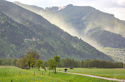 THEMENBILD - eine vom Wind aufgewirbelte Pollenwolke über der Schmittenhöhe. Radfahrer und Freizeitsportler auf einem schmalen Weg im Vordergrund, aufgenommen am 29. April 2018 in Zell am See, Österreich // A cloud of pollen swirled by the wind hangs over the the Schmitten in Zell am See. Cyclists and recreational athletes on a narrow path in the foreground, Austria on 2018/04/29. EXPA Pictures © 2018, PhotoCredit: EXPA/ Stefanie Oberhauser
