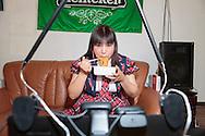 MUKBANG - JAPAN<br /> VJ Miko vräker i sig chiliheta snabbnudlar på en minut framför datorn i Fukuoka, Japan. Åskådarna kommenterar Mikos ätande. Att äta framför en web cam kallas mukbang.