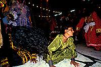 Pakistan - La fête des soufis - Province du Sind - Sehwan e Sharif - Tombe du saint soufi Lal Shabaz Qalandar - Fête de l'anniversaire de sa mort (Urs) - Darbar du soir dans la cour de la tombe du Saint - Transe collective où les hommes et les femmes se font face séparés par une corde. // Pakistan, Sind province, Sehwan e Sharif, Sufi saint Lal Shabaz Qalandar shrine, annual Urs festival