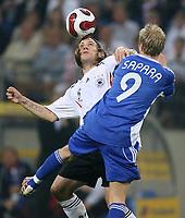 Fotball<br /> Tyskland v Slovakia<br /> Foto: imago/Digitalsport<br /> NORWAY ONLY<br /> <br /> 06.06.2007  <br /> Torsten Frings (Deutschland, li.) gegen Marek Sapara (Slowakei)