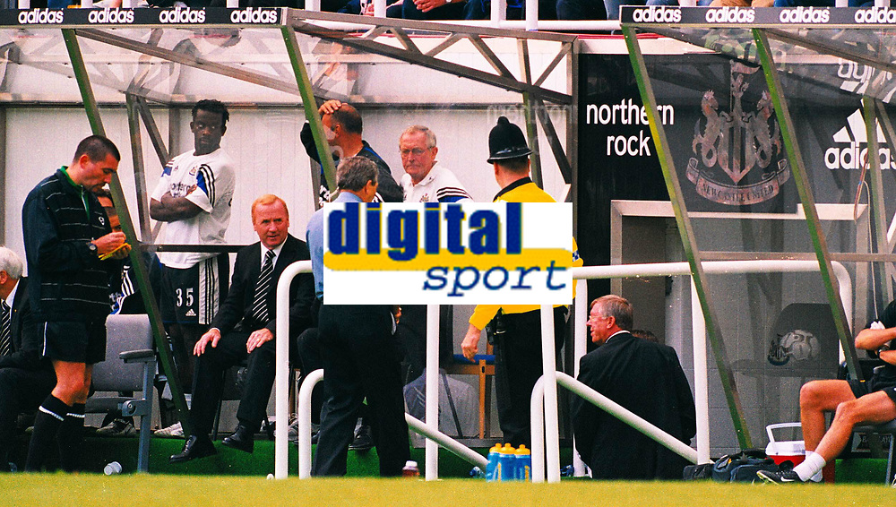 Fotball<br /> Premier League England 2003/2004<br /> Newcastle v Manchester United 23.08.2003<br /> Norway Only<br /> Foto: Digitalsport<br /> <br /> Alex Ferguson walks down the tunnel after being sent off by 4th official Jeff Winter (left) Newcastle United v Manchester United, FA Premiership, 23/08/2003. Credit: Matthew Impey