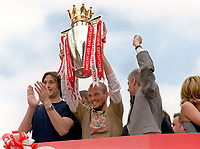 Fredrik Ljungberg (Arsenal) with the trophy on the Arsenal Bus, outside the Islington town hall. Arsenal Parade. Islington,London. 16/5/2004.<br /> <br /> Foto: Andrew Cowie, Digitalsport<br /> NORWAY ONLY
