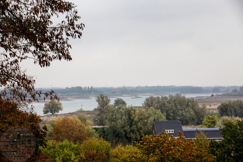 Uitzicht op de Waal bij Nijmegen, met rechts de Ooijpolder. Het waterpeil in de rivier staat extreem laag door de aanhoudende droogte.<br /> <br /> View on the river the Waal near Nijmegen. On the right the Ooijpolder. The water level in the river is very low.