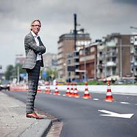 Nederland, Amsterdam , 21 juli 2011..Jos van Eldonk van Soeters van Eldonk Architecten bij 1 van de knelpunten op de Wibautstraat..De mooie rechte lijn van de straat die oorspronkelijk was bedoeld vertoond een knik of afbuiging..Foto:Jean-Pierre Jans