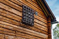VILDMARKSVÄGEN JULI 2020<br /> I Fatmomakke finns ett hus inrett med två celler där man kunde förvara bråkstakar och fyllbultar för tillnyktring. Fönstren är gallerförsedda då det tidigare förkommit fritagningsförsök av förvarade.<br /> Foto: Per Danielsson/Projekt.P