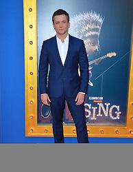 Taron Egerton bei der Premiere von Sing in Los Angeles / 031216