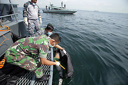 November 4, 2016 - Batam, Kepulauan Riau, Indonesia - Indonesian police officers carry the body of a victim in the capsizing of a speedboat in Batam. A speedboat carrying Indonesian workers home from Malaysia capsized in stormy weather and police said at least 33 people were killed. (Credit Image: © Teguh Prihatna/Pacific Press via ZUMA Wire)