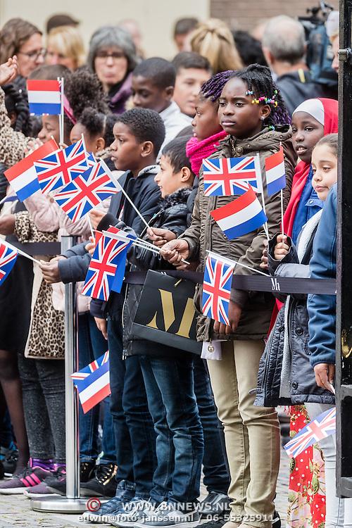NLD/Den Haag/20161011 - Catherine, hertogin van Cambridge, Kate Middleton, bezoekt het Mauritshuis in Den Haag, schoolkinderen met engelse en Nederlandse vlaggetjes