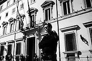 Palazzo Chigi, poliziotto davanti la sede del Governo<br /> 15 marzo 2014 . Daniele Stefanini /  OneShot