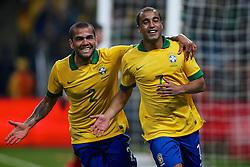 Lucas comemora seu gol com Daniel Alves no amistoso entre Brasil e França no estádio Arena do Grêmio, em Porto Alegre (RS). FOTO: Jefferson Bernardes/Preview.com