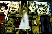 Belo Horizonte_MG, Brasil...Museu do grupo de bonecos Giramundo, localizado no bairro Floresta. Na foto crianca olhando os bonecos...Giramundo museum, it is located in Floresta neighborhood. In this photo a child looking for dolls...FOTO: LEO DRUMOND / NITRO
