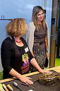 Koningin Maxima brengt werkbezoek aan Instrumentendepot in Amsterdam. Het bezoek vindt plaats in het kader van muziekonderwijs op de basisschool. <br /> <br /> Queen Maxima pays a working visit to Instrument Depot in Amsterdam. The visit takes place in the context of music education in elementary school.<br /> <br /> Op de foto: