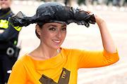 Prinsjesdag - Aankomst politici bij de Ridderzaal. Zoals ieder jaar ging Prinsjesdag ook dit keer weer gepaard met hoedjes in allerlei soorten en maten.<br /> <br /> Op de foto / On the photo: <br />   PvdD-leider Marianne Thieme
