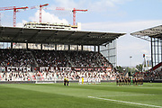 Fussball: 2. Bundesliga, FC St. Pauli - Holstein Kiel, Hamburg, 25.07.2021<br /> Gedenkminute vor dem Spiel, Fan, Fans, Zuschauer<br /> © Torsten Helmke