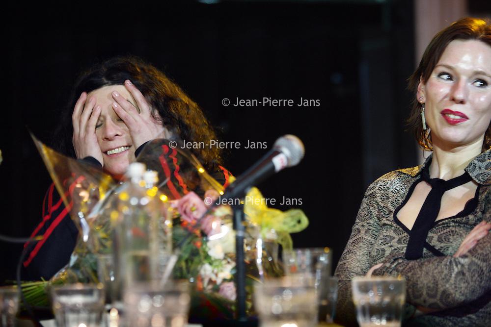 Nederland, Amsterdam , 5 februari 2010..De Nederlandse schrijfster van Uruguyaanse afkomst Carolina Trujillo is de laureaat van de BNG Nieuwe Literatuurprijs 2009 met haar roman De terugkeer van Lupe García (J.M. Meulenhoff). Juryvoorzitter Peter Rehwinkel maakte dit nieuws in de vooravond bekend in de concertzaal van Odeon te Amsterdam. Carolina Trujillo, die eerder genomineerd werd voor de AKO Literatuurprijs, is de vijfde winnaar van de BNG Nieuwe Literatuurprijs. Ze ontvangt 15.000 euro en een sculptuur, gemaakt door Theo van Eldik. .De vijf andere genomineerden waren Mark Boog (Ik begrijp de moordenaar, Cossee), Jan van Mersbergen (Zo begint het, Cossee), Henk van Straten (Smet, Lebowski), Annelies Verbeke (Vissen redden, De Geus) en Robbert Welagen (Verre vrienden, Nijgh & Van Ditmar)..Op de achtergrond rechts genomineerde schrijver Annelies Verbeke.Foto:Jean-Pierre Jans