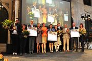 Koning Willem-Alexander en Koningin Máxima reiken Appeltjes van Oranje 2013 en Oranje Fonds Kroonappels uit in Paleis op de Dam.Jaarlijks bekroont het Oranje Fonds met de Appeltjes van Oranje sociale initiatieven die op succesvolle wijze verschillende groepen mensen verbinden. <br /> <br /> King Willem-Alexander and Máxima reach Queen Apples of Orange in 2013 and Oranje Fonds Crown Apples in Palace on Dam.Jaarlijks awarded the Orange Fund with the Apples of Orange social initiatives that different groups of people to successfully connect.<br /> <br /> Op de fotro / On the photo:    Koningin Maxima en koning Willem-Alexander reiken de Kroonappels uit aan mensen die zich hebben ingezet voor maatschappelijke organisaties  // Queen Maxima and Willem-Alexander King Crown Apples reach out to people who have worked for civil society organizations