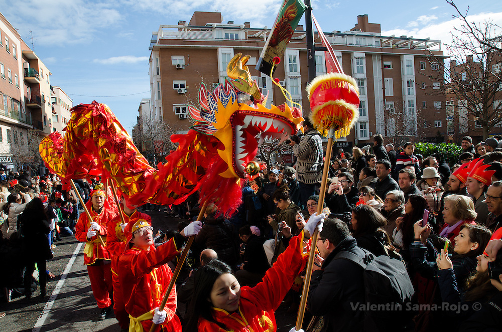 Madrid, Spain. 28th January, 2017. Dragon dance performed by a group of people wearing traditional red dresses during Chinese New Year parade in Madrid. © Valentin Sama-Rojo.