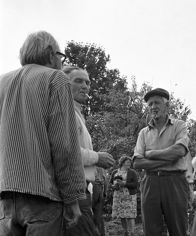 Pratstund vid täckating i Hamra. 1971. Läggning av agtak, täckating, i Hamra på Gotland.