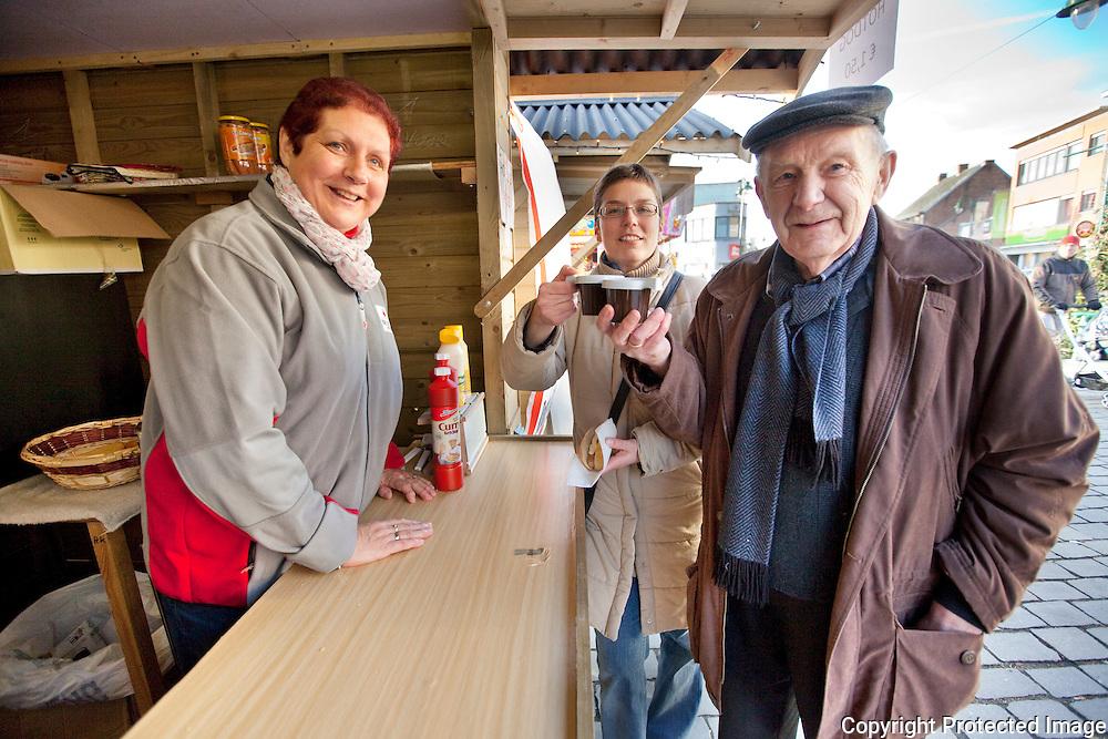 371547-kerstmarkt aan Cultuurplein Heist op den Berg-mensen aan kraampje- Anita Van Loo, An Van Dessel en Paul Van Loo