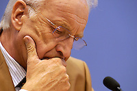 18 DEC 2004, BERLIN/GERMANY:<br /> Edmund Stoiber, CSU, Ministerpraesident Bayern, waehrend einer Pressekonferenz zum Scheitern der Foederalismusreform, Bundespressekonferenz<br /> IMAGE: 20041218-01-033<br /> KEYWORDS: Bundesstaatenkommission, Förderalismuskommission, Kommission von Bundestag und Bundesrat zur Modernisierung der bundesstaatlichen Ordnung