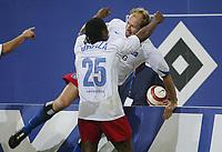 Fotball<br /> Bundesliga Tyskland 2004/05<br /> Hamburger SV v Freiburg<br /> 27. oktober 2004<br /> Foto: Digitalsport<br /> NORWAY ONLY<br /> 4:0 Jubel Emile Mpenza, Torschütze Sergej Barbarez HSV