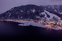 THEMENBILD - Zell am See in der Abendbeleuchtung bei Dämmerung mit dem teilweise zugefrorenen Zeller See, aufgenommen am 24. Januar 2019 in Zell am See, Oesterreich // Zell am See in the evening lighting at dusk with the partially frozen Zeller lake in Zell am See, Austria on 2019/01/24. EXPA Pictures © 2019, PhotoCredit: EXPA/ JFK