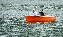 THEMENBILD - ein arabisches Paar fährt mit einem kleinen Motorboot auf dem Zeller See, aufgenommen am 10. Mai 2018, Zell am See, Österreich // an Arabian couple takes a small motorboat on Lake Zell on 2018/05/10, Zell am See, Austria. EXPA Pictures © 2018, PhotoCredit: EXPA/ Stefanie Oberhauser