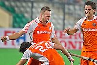 NEW DELHI - Vreugde bij Taeke Taekema nadat hij voor de derde keer heeft gescoord,maandag  tijdens de eerste poulewedstrijd van Nederland tegen Argentinie (3-0),  voor het WK Hockey 2010 voor mannen in New Delhi. rechts Robbert Kemperman en links Robert van der Horst.