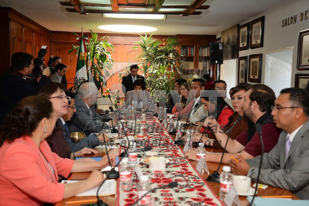 Toluca, México.- Martha Hilda González Calderón alcaldesa de Toluca, encabezo la sesión de Cabildo de Toluca en donde se aprobó por unanimidad el Presupuesto de Egresos e Ingresos para el ejercicio fiscal 2014. Agencia MVT / Crisanta Espinosa