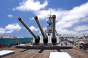 16 inch guns on the aft deck  of the battleship Missouri. Battleship Missouri Memorial, Pearl Harbour, Hawaii RIGHTS MANAGED LICENSE AVAILABLE FROM www.PhotoLibrary.com