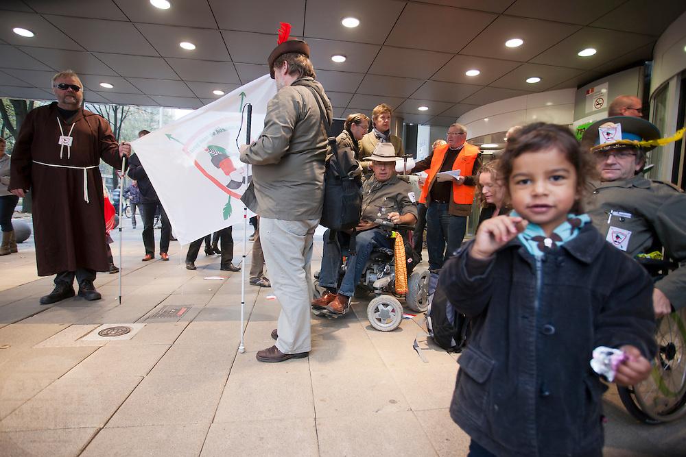 Demonstranten staan voor de ingang van het najaarscongres van het CDA. In Utrecht houdt het CDA haar partijcongres. Het congres staat voor een groot deel in het teken van de uitzetting van Mauro.<br /> <br /> Demonstrators at the entrance of the CDA congress is Utrecht.