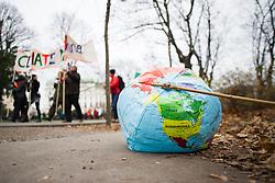 "29.11.2015, Innere Stadt, Wien, AUT, Globaler Marsch ""System Change, not Climate Change!"" anlässlich des ab morgen stattfindenden Klimagipfel ""COP21"" in Paris. im Bild aufblasbare Erde // inflateable earth during global climate march in austria according climate summit in paris in the inner city in Vienna, Austria on 2015/11/29 EXPA Pictures © 2015, PhotoCredit: EXPA/ Michael Gruber"