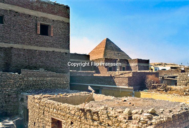 Egypte, Egypt, Gizeh, Cairo, 15-10-1980 Straatbeeld. zicht op een pyramide vanuit het dorp ..Foto: Flip Franssen