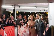 Katja Schuurman, Arne Toonen en Birgit Schuurman lopen langs de fotografen bij de rode loper. In Utrecht is het Nederlands Film Festival van start gegaan met de premiere van de film De Bende Van Oss.<br /> <br /> Katja Schuurman, Arne Toonen and Birgit Schuurman are passing the photographers at the start of the Dutch Film Festival NFF in Utrecht.