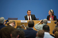 DEU, Deutschland, Germany, Berlin, 18.12.2014: Der frühere SPD-Bundestagsabgeordnete Sebastian Edathy bei einem Statement in der Bundespressekonferenz zu den Ermittlungen wegen des Verdachts auf Besitz von Kinderpornographie gegen ihn.
